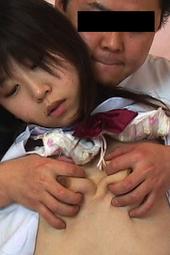 ホテルに連れ込まれた女子校生の乳を後ろから・・・